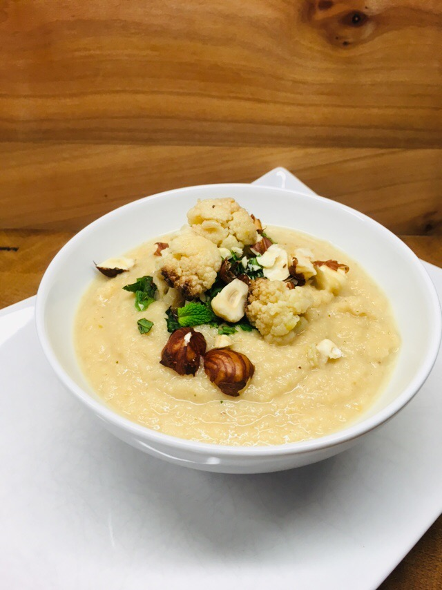 Cremige Blumenkohl Miso Suppe mit Pastinaken und Birne