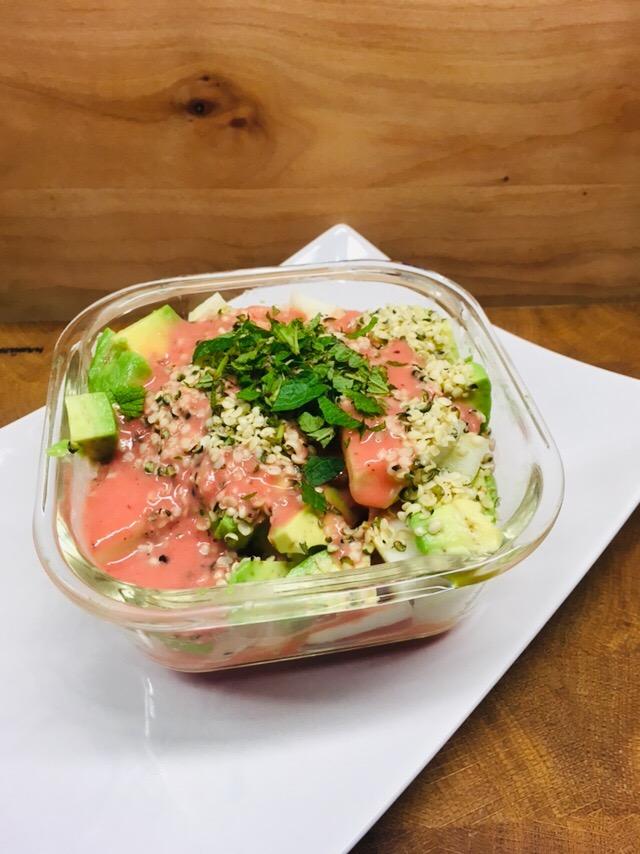 Avocado Birnen Salat mit Hanfsamen und Erdbeer Dressing