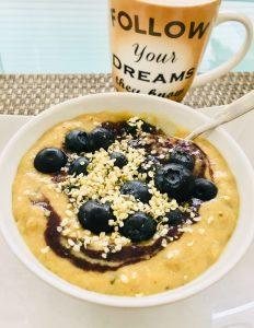 Polenta Porridge mit Banane, Datteln und Beeren