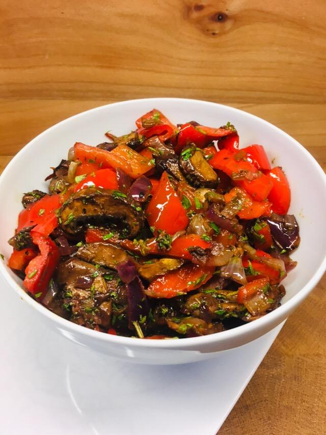 Geröstete Balsamico Portobello Pilze mit Paprika und roten Zwiebeln