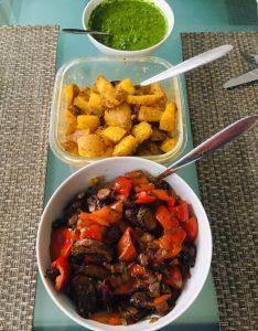 Kartoffeln mit grüner Mojo Sauce Und gerösteten Portobello Pilzen