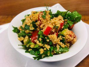 Taboulé - Bulgur-Salat mit Petersilie und Tomaten