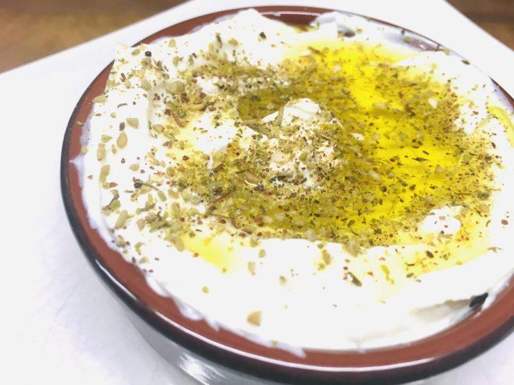 Labneh - Griechischer Frischkäse Dip mit Olivenöl und Za'atar