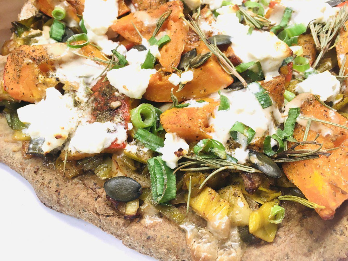Rustikale Kürbis Lauch Pizza aus Buchweizen-Teig (glutenfrei)