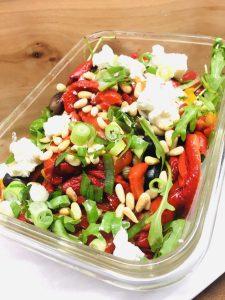 Paprika Salat mit gerösteten Paprika, Pinienkernen, Oliven und Feta