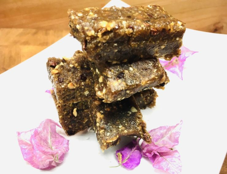 Gesunde Erdnuss Karamell Power Bars mit Dattel und Kakaonibs