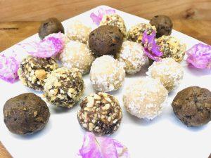Energiebällchen: Kokos Snowballs, Dattel Karamell und Schoko Mandel Kugeln