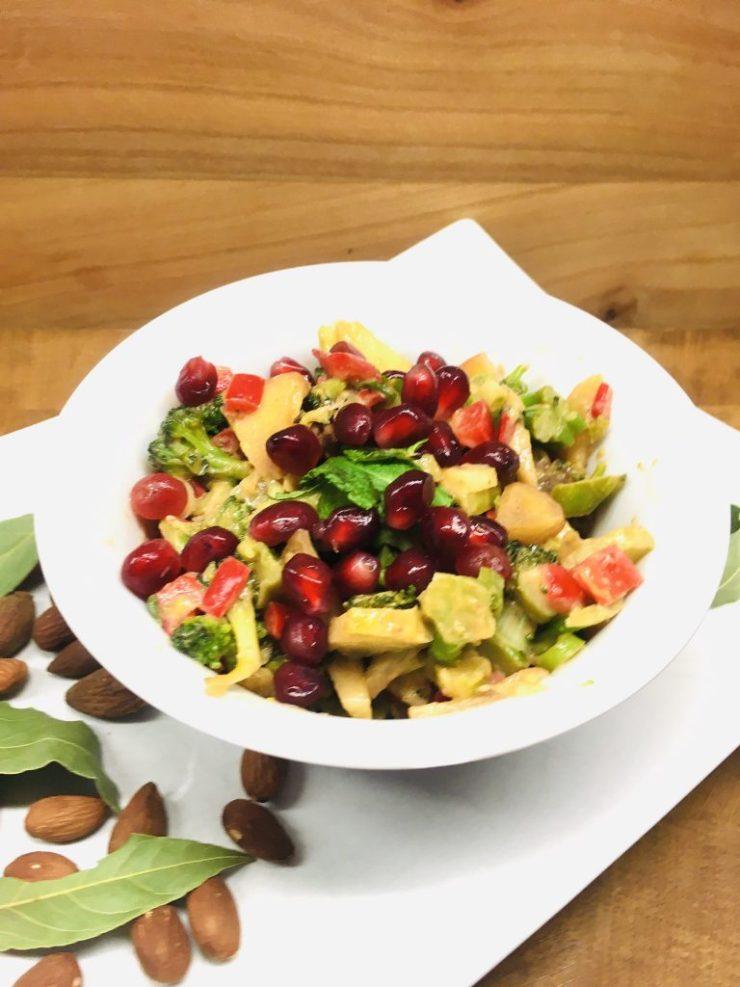 Brokkoli Paprika Salat mit Äpfeln, Aprikosen und Mandeln