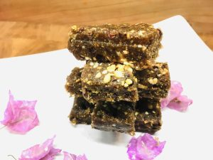 Gesunde Erdnuss Energie: Fake Snicker Bars