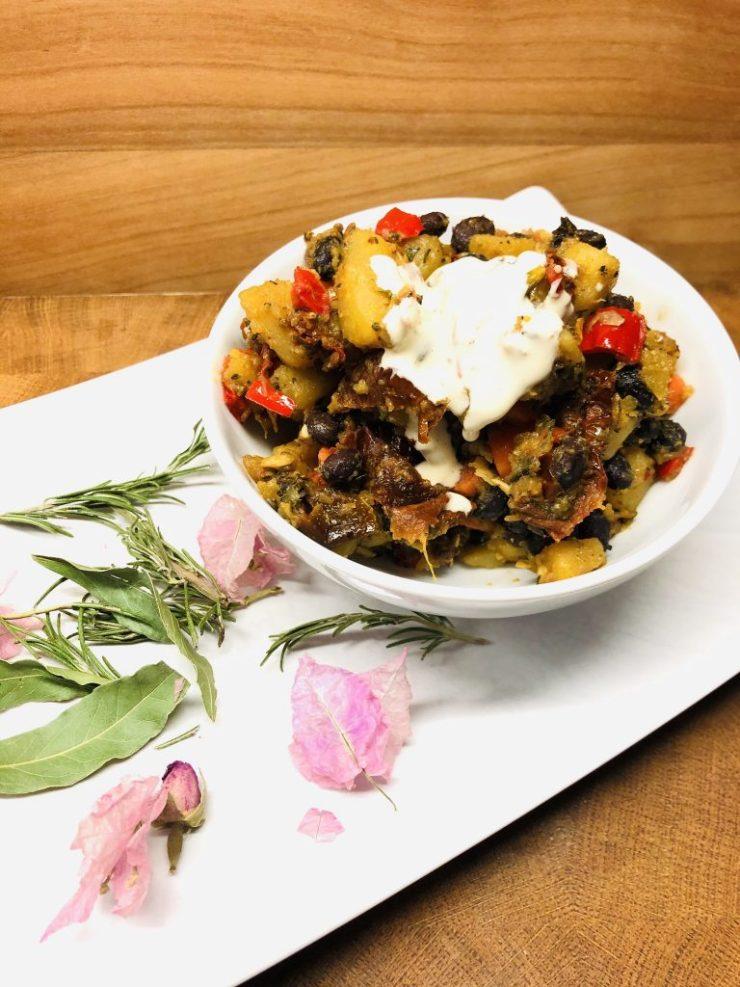 Bratkartoffeln mit Paprika und schwarzen Bohnen und Tahini Sauce