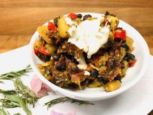 Gebratene Kartoffeln mit Paprika und schwarzen Bohnen und Tahini Sauce