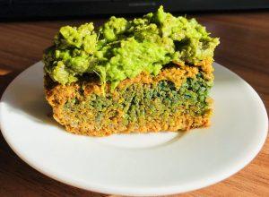Herzhafter grüner Karotten Kuchen mit Sonnenblumenkernen Mit Bärlauch Avocado Creme