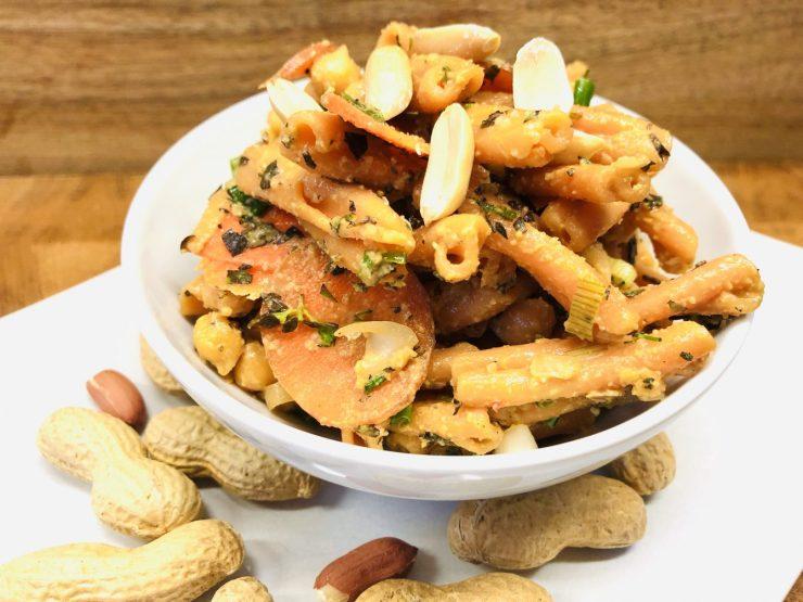 Linsen Pasta Salat mit Kichererbsen mit Erdnuss Sauce