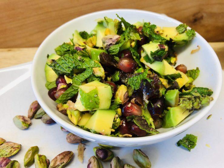 Avocado Salat mit Datteln, Pistazien, Granatapfelkernen und Za'atar