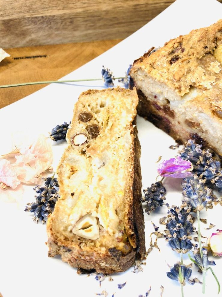 Haferflocken Brot mit Birnen, Datteln und Haselnüssen