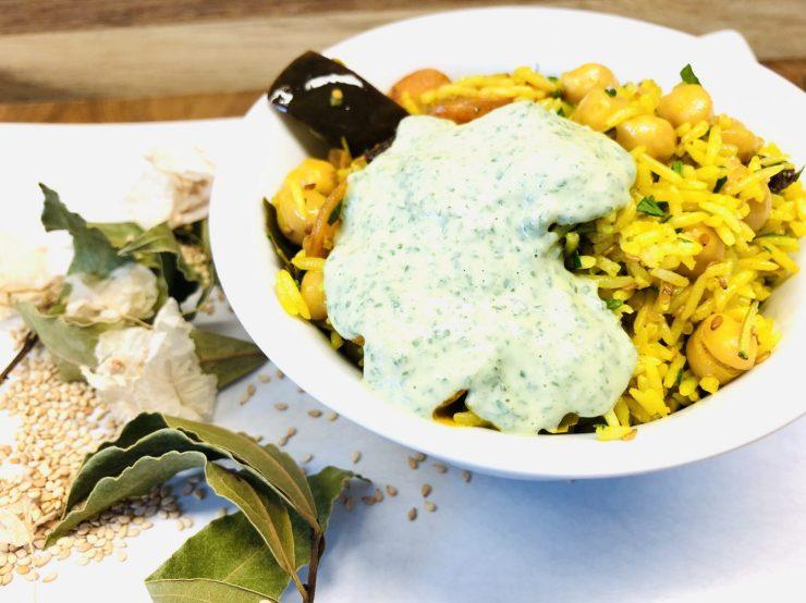 Ayurvedischer Reissalat mit Kichererbsen und Minze-Joghurt-Dip