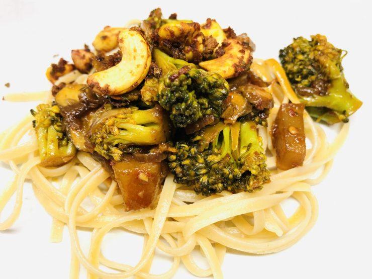 Pasta mit Brokkoli Gemüse mit Champignons, Chili und Cashews