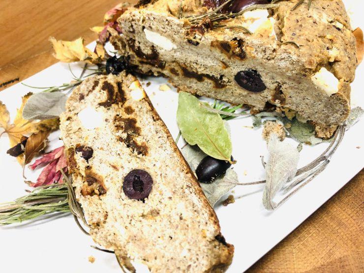Tomaten-Oliven-Brot mit Kräutern