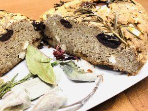 Buchweizen Brot mit Tomaten, Oliven und Kräutern