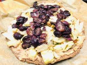 Pizza Bianca mit Mandel Zwiebel Creme, Fenchel und Trauben