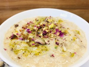 Reis Pudding mit Pistazien und Rosenblättern