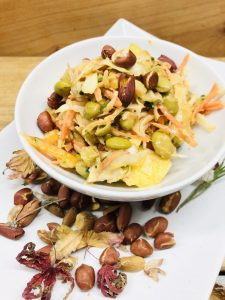 Asia Salat mit Edamame und Erdnuss Sauce