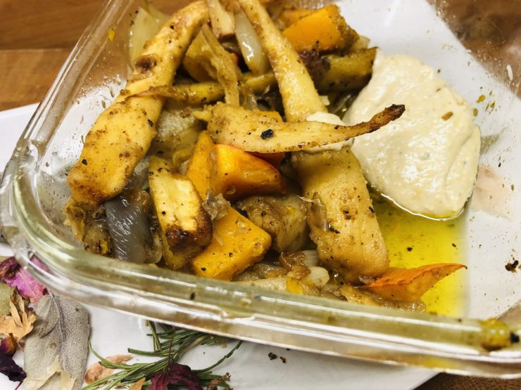 Geröstete Pastinaken und Topinambur mit Orangen Tahini Sauce