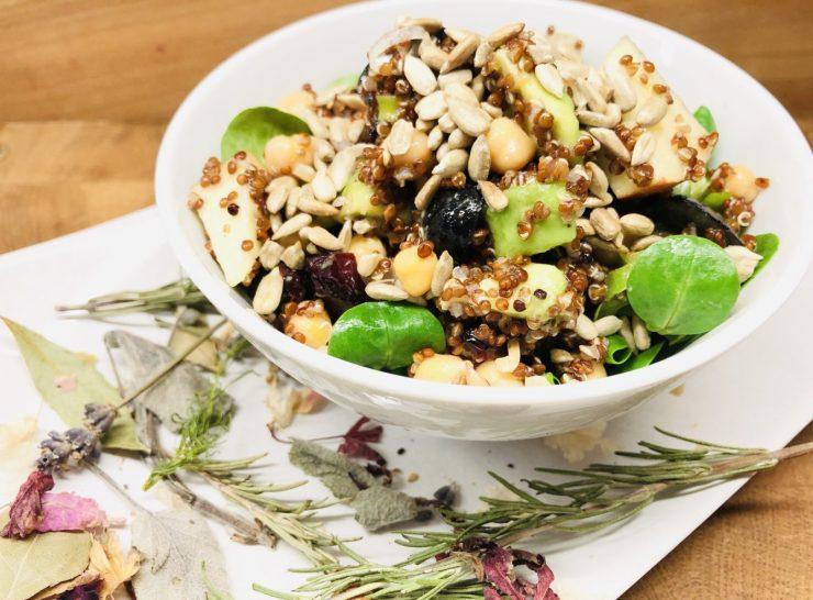 Quinoa Salat mit Kichererbsen und Feldsalat