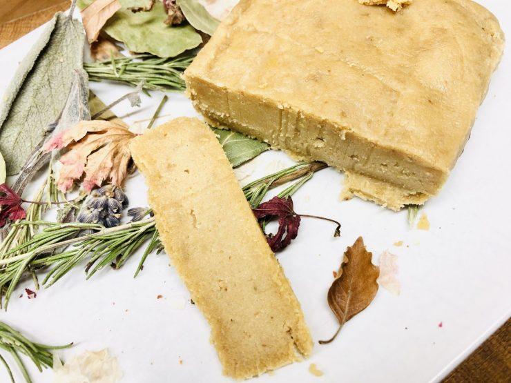 Veganer Pecorino Käse am Stück aus Cashews und Pinienkernen
