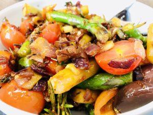 Gebratener grüner Spargel mit Tomaten und Oliven