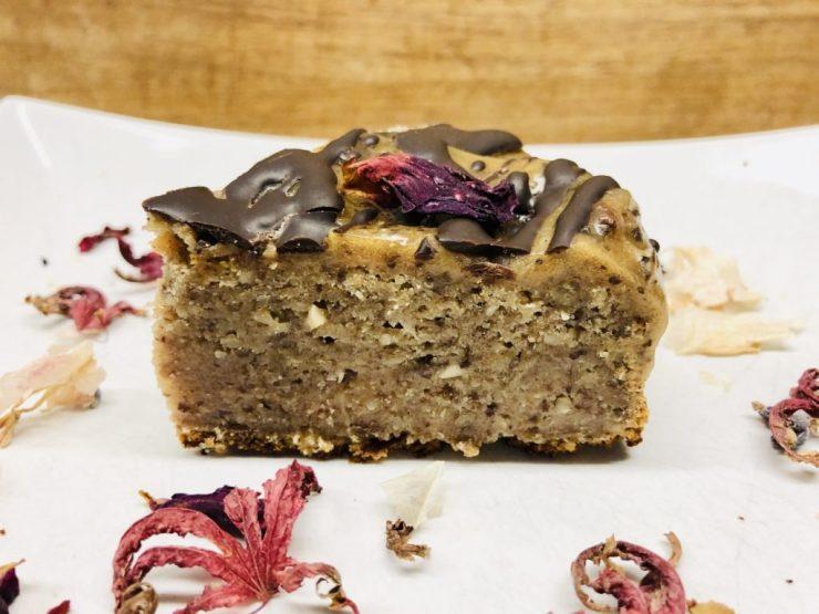 Dattel Bananen Kuchen mit Salted Caramel und Tonkabohnen Schokolade