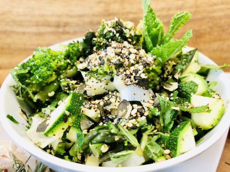Grüner Gemüsesalat mit Spargel und gerösteten Kernen