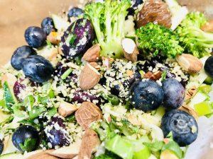 Brokkoli Salat mit Karotten, Aprikosen, Heidelbeeren und Mandeln