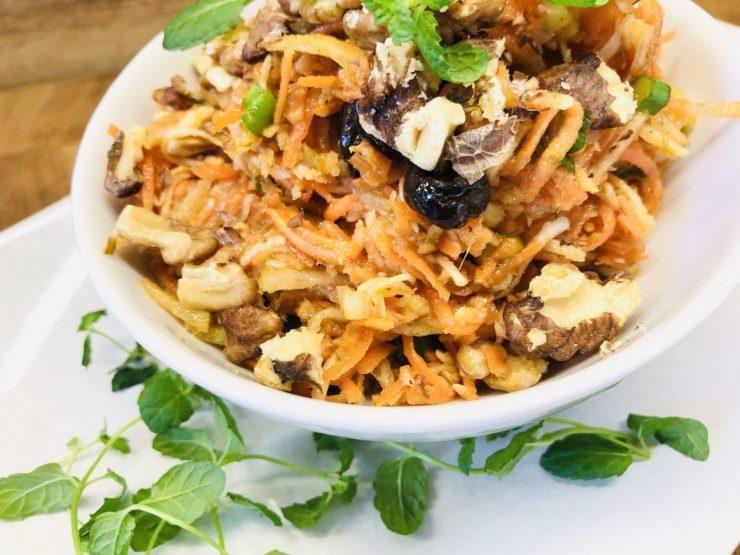 Waldorf Salat mit Birne, Sellerie, Karotten, Datteln und Walnüssen