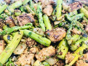 Grüner Spargel mit knusprigem Sesam Tofu