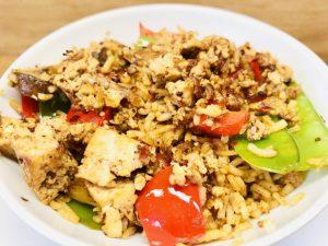 Gebratener Gemüsereis mit Sambal und knusprigem Tofu