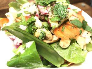 Zuckerschoten Salat mit Radischen, Äpfeln und Cashewkernen