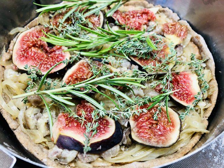 Zwiebelkuchen mit Mandel Zwiebel Creme und Feigen