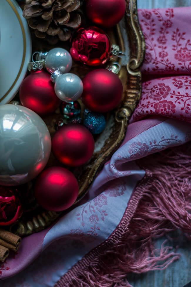 Weihnachtsdekoration: Christbaumkugeln und Zimtstangen