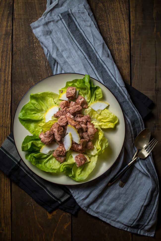 Chicken Tikka mit grünem Salat und Zitronen