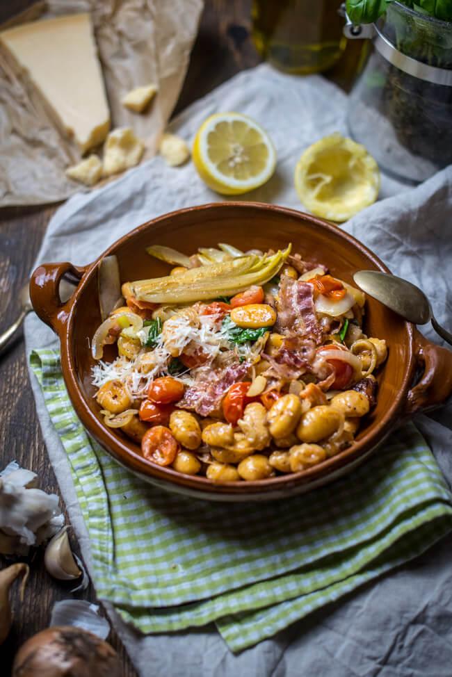 Geschmorter Chicorée mit Gnocchi, Bacon und Tomaten und Parmesan
