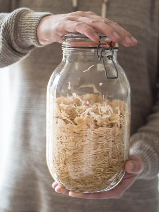 FErmentieren leicht gemacht: selbstgemachtes Sauerkraut in großem Glas