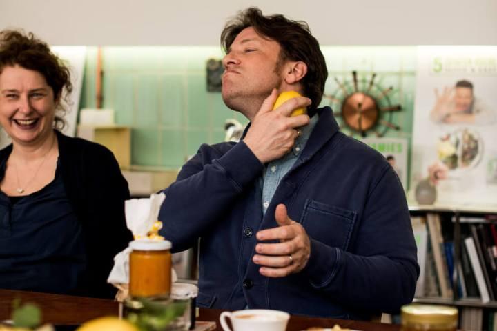 Jamie Oliver reibt sich mit Zitrone ein