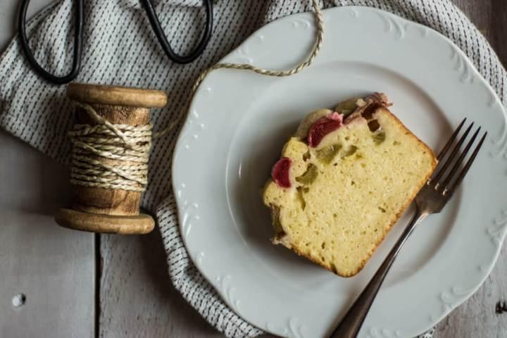 Ein STück Buttermilch Kuchen mit Rhabarber und STreuseln