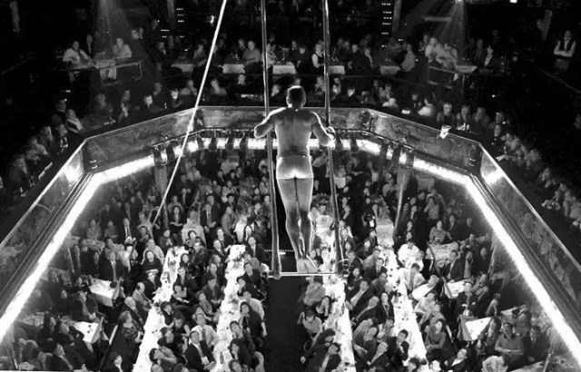 un trapezzista al Paradis Latin di Parigi