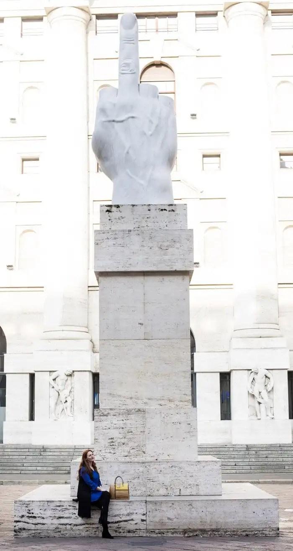 Piazza Affari a Milano - La scultura di Cattelan