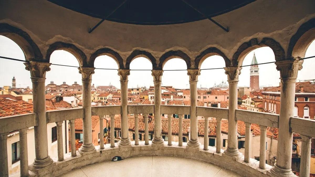 Scalinata Contarini del Bovolo a Venezia vista panoramica dalla scala