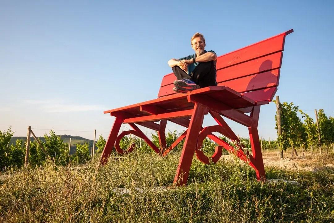 Panchina Gigante rossa nelle Langhe con Chris Bangle