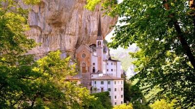 Santuario Madonna della Corona di Spiazzi: la visita e il trekking di 1500 gradini sul Monte Baldo
