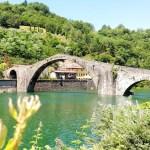 Borgo a Mozzano: vista al Ponte del Diavolo di Lucca e la sua leggenda